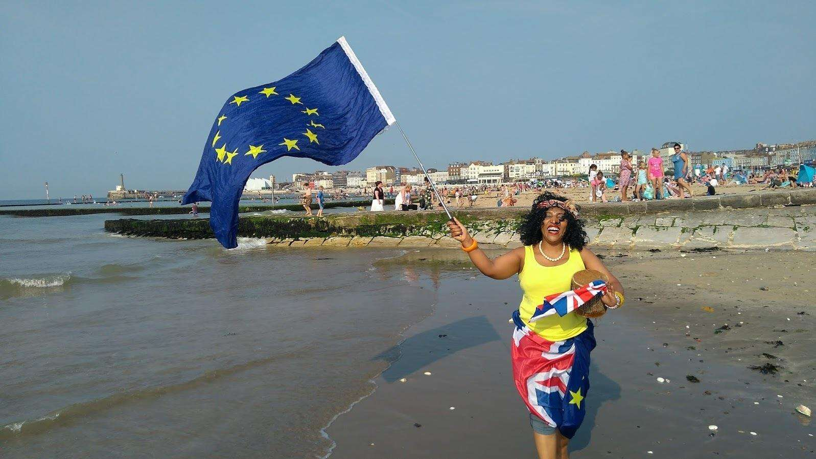 Flags were waved in support of the EU (2932138)