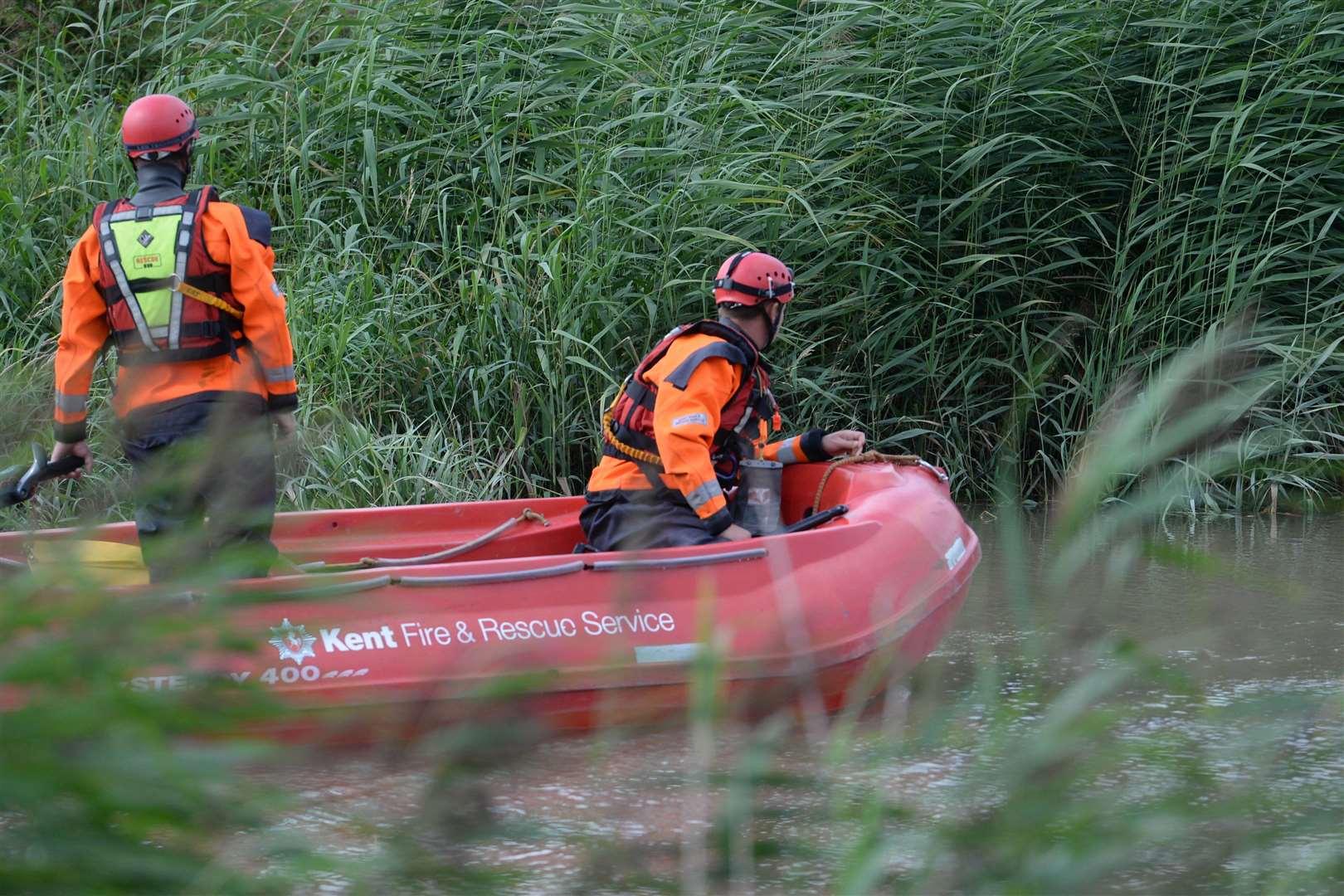 Eine Kent Fire and Rescue RIB auf der Suche nach dem Fluss Stour in Sandwich. Bild: Chris Davey