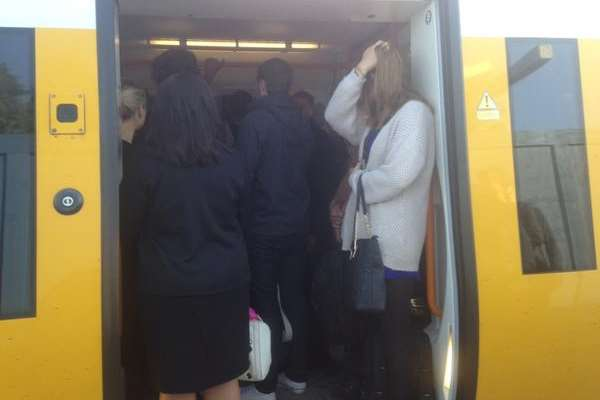 Commuters struggle to get onto this Southeastern train to Victoria. Picture: @MissCharlieB