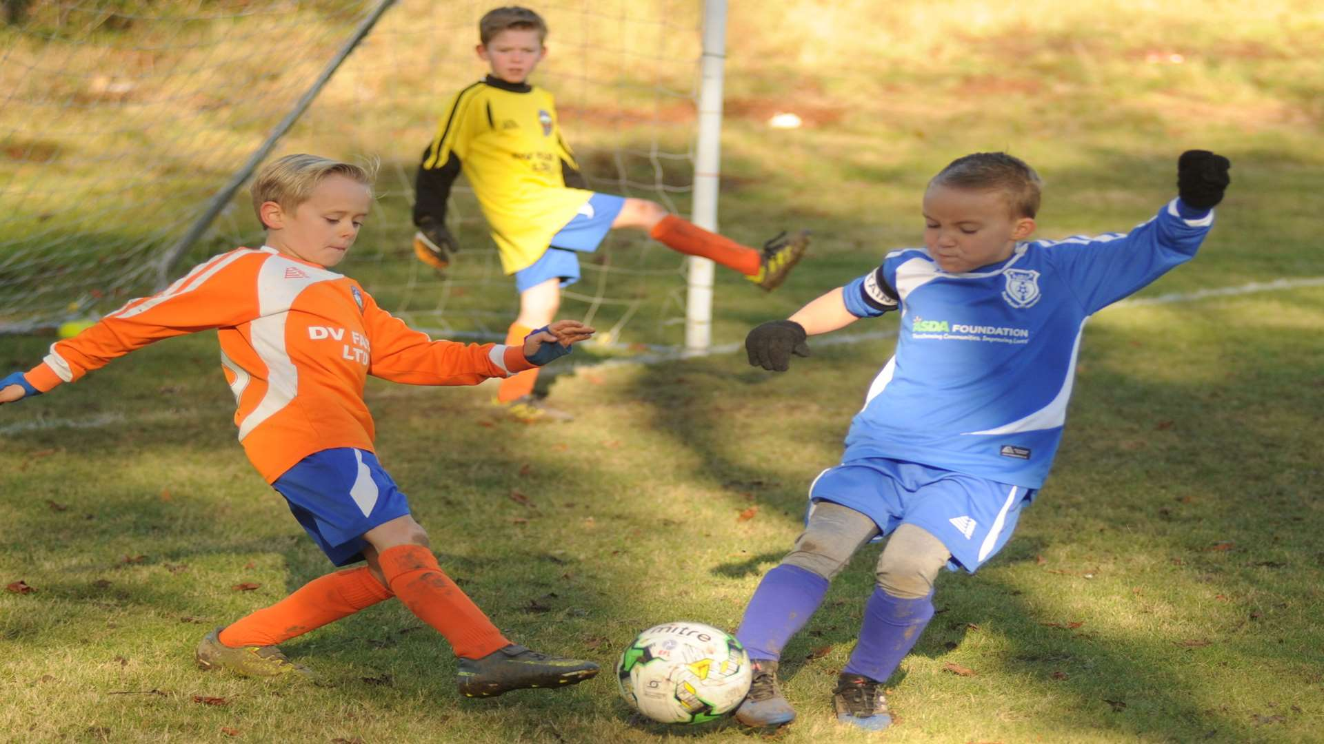 Cuxton 91 Scorpions under-8s and New Road Giants under-8s contest possession Picture: Steve Crispe