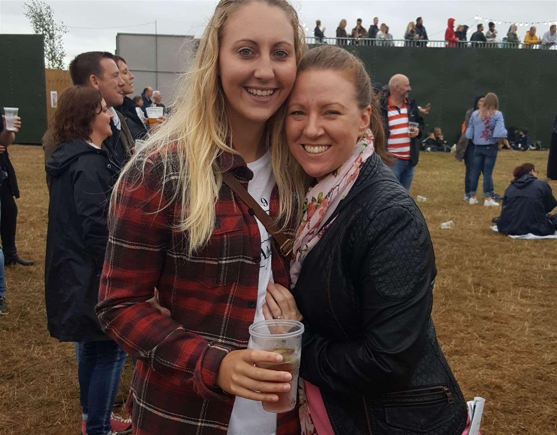 Lauren und Leanne Clarke