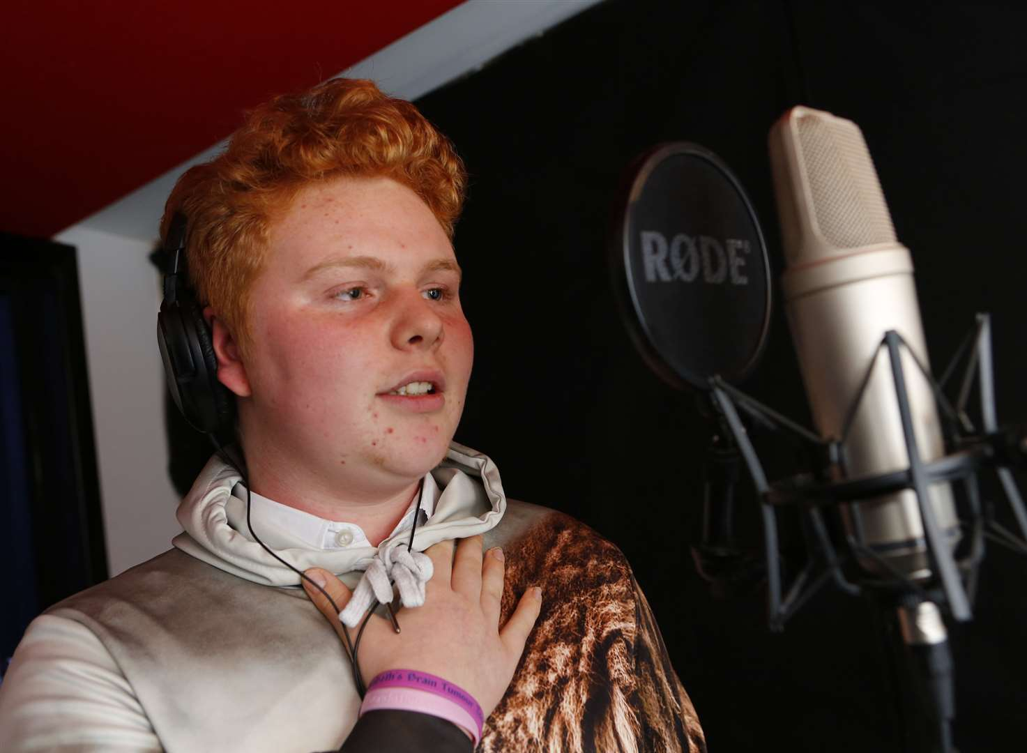 Brother sings heart out for cancer teenager Lizzy