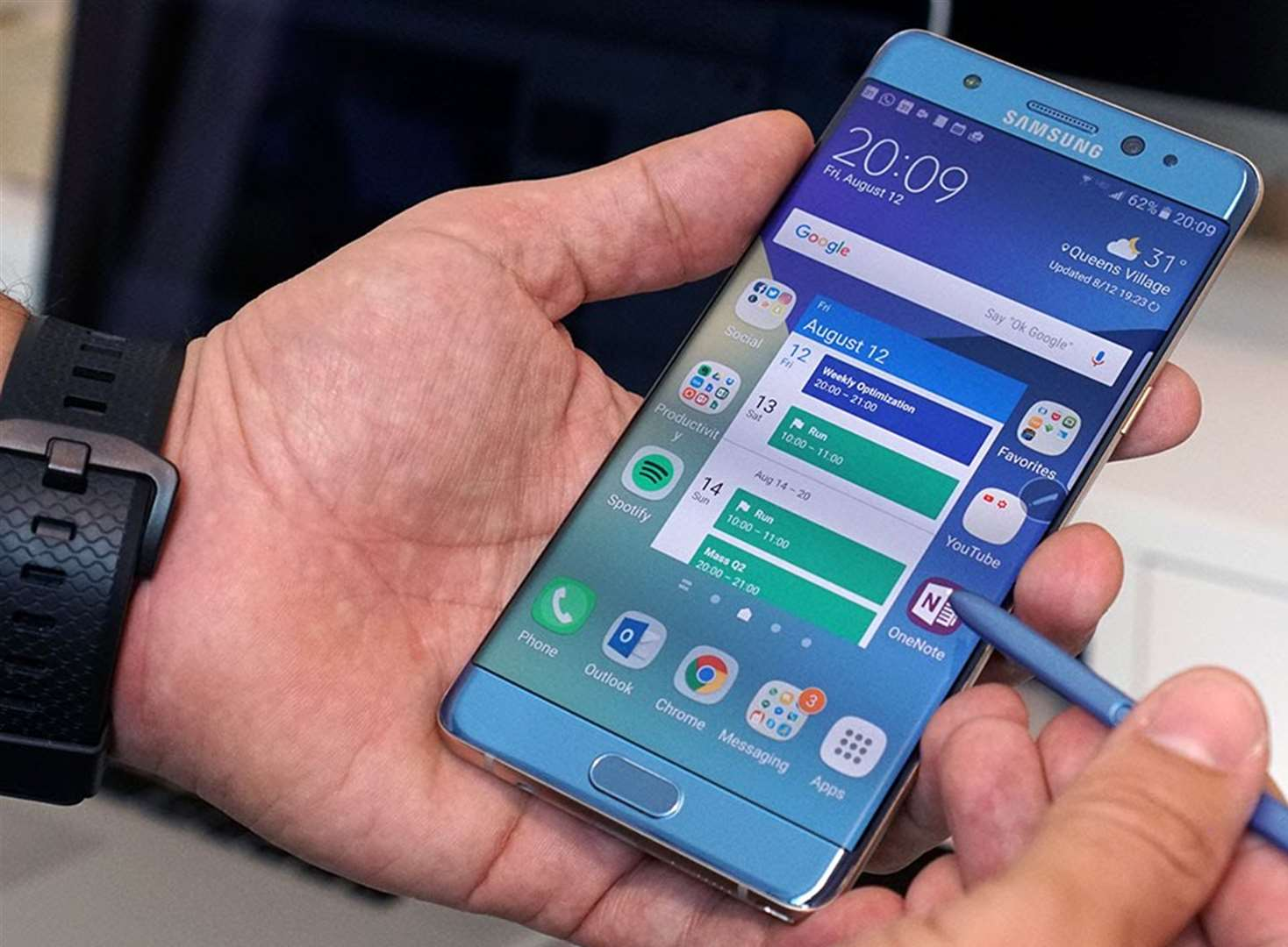 Samsung warning as phones catch fire