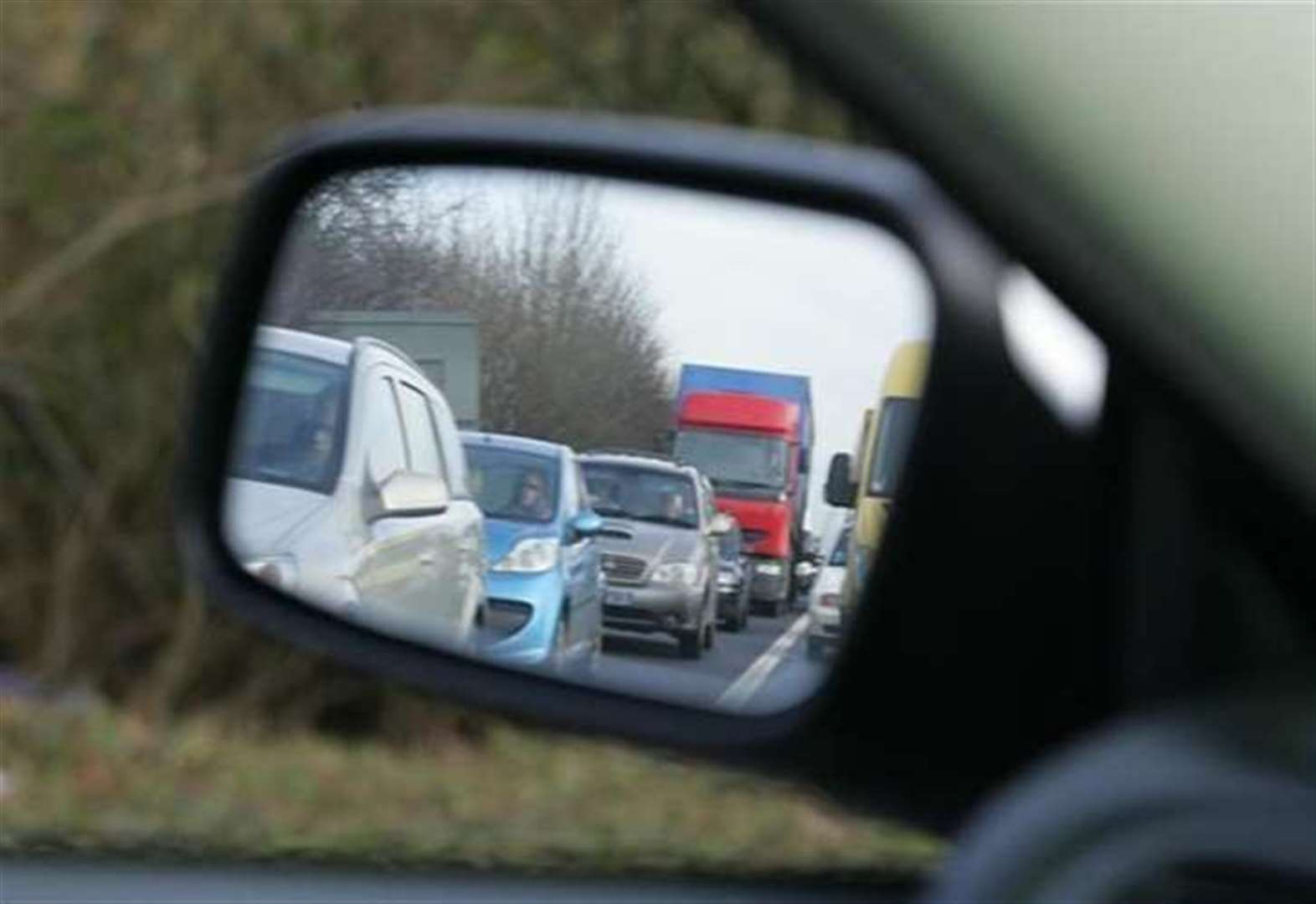 M25 queues after lorry overturns