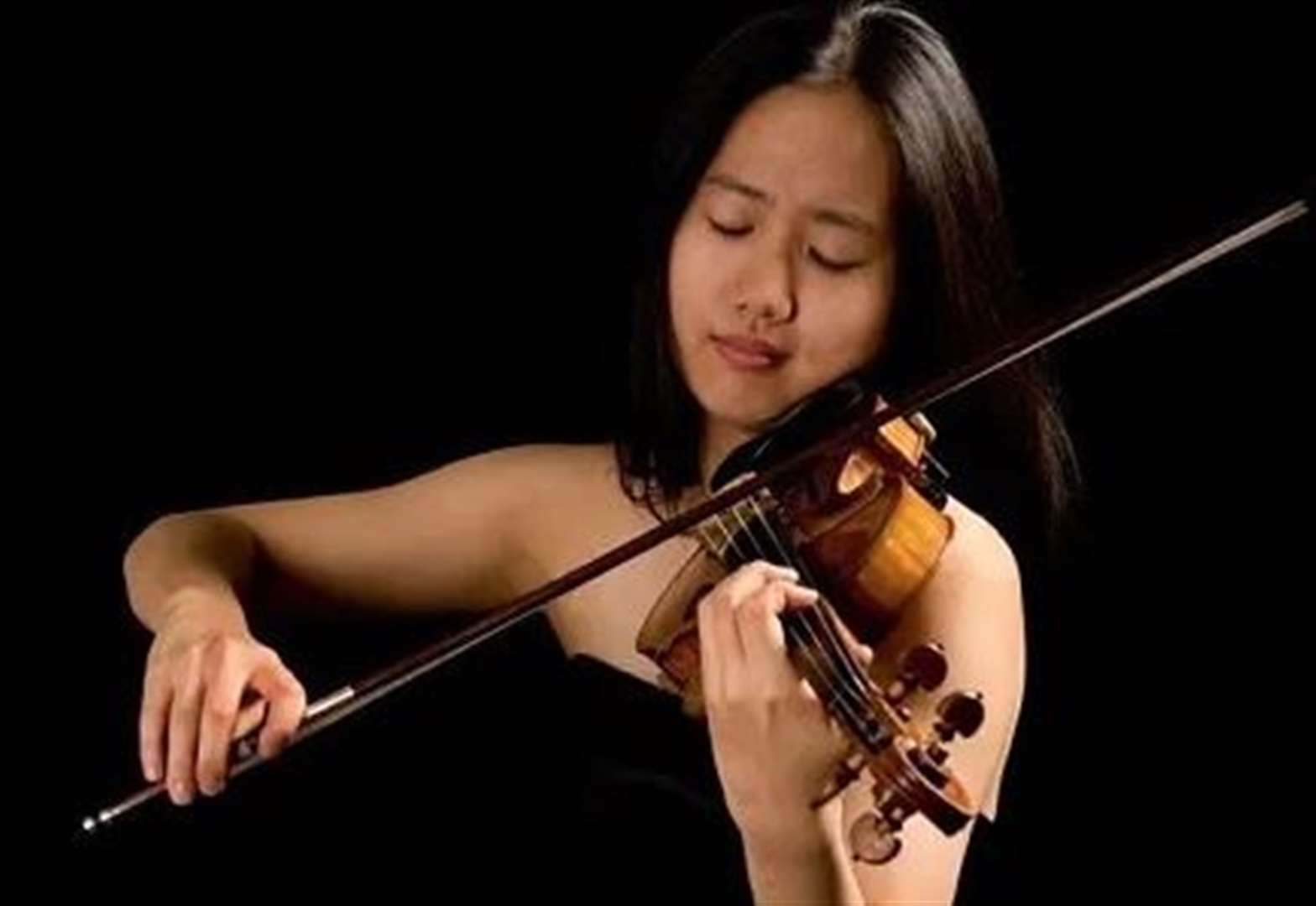 Solo violinist 'casts a spell' over audience