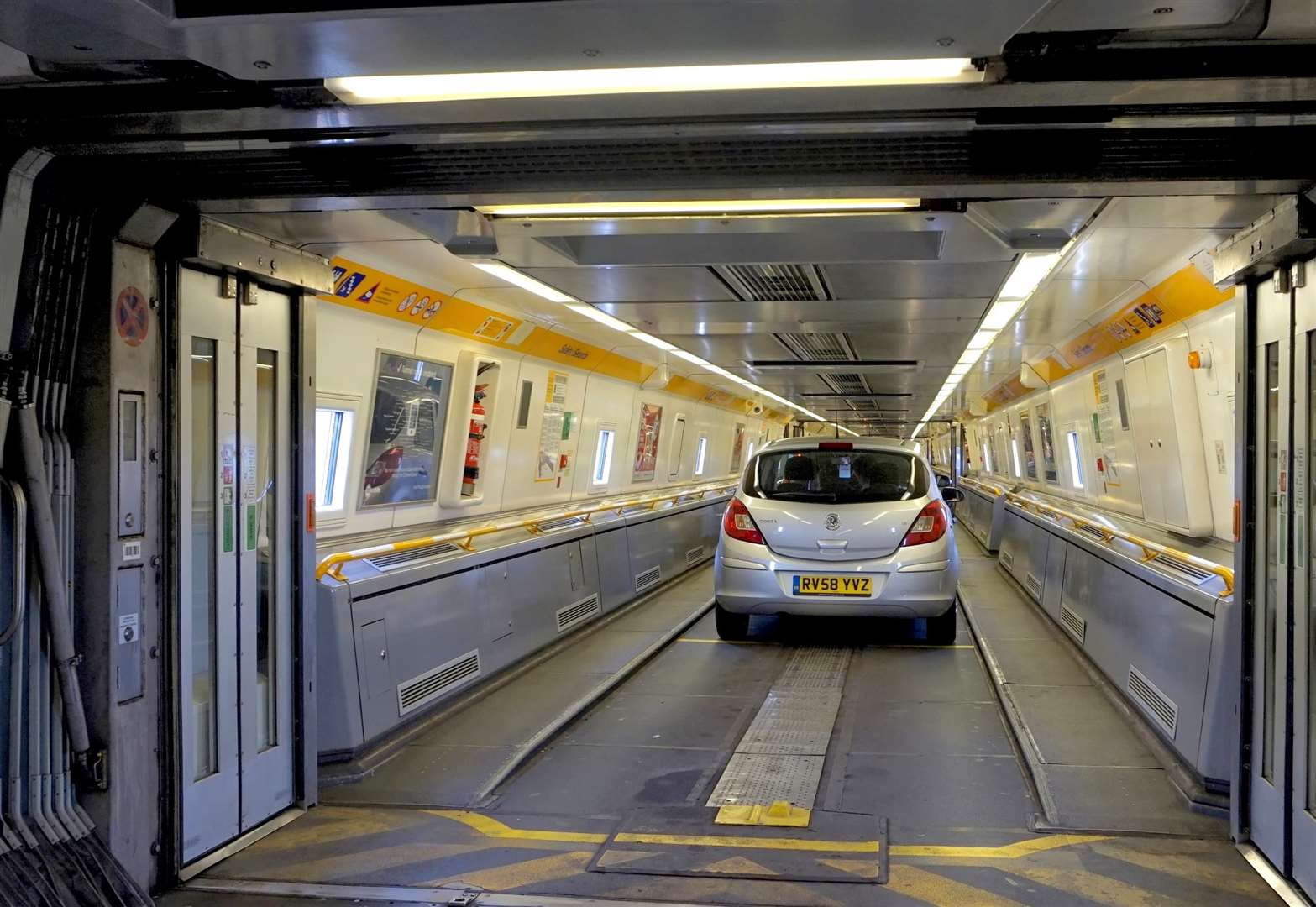 Severe travel delays after train stops in Eurotunnel