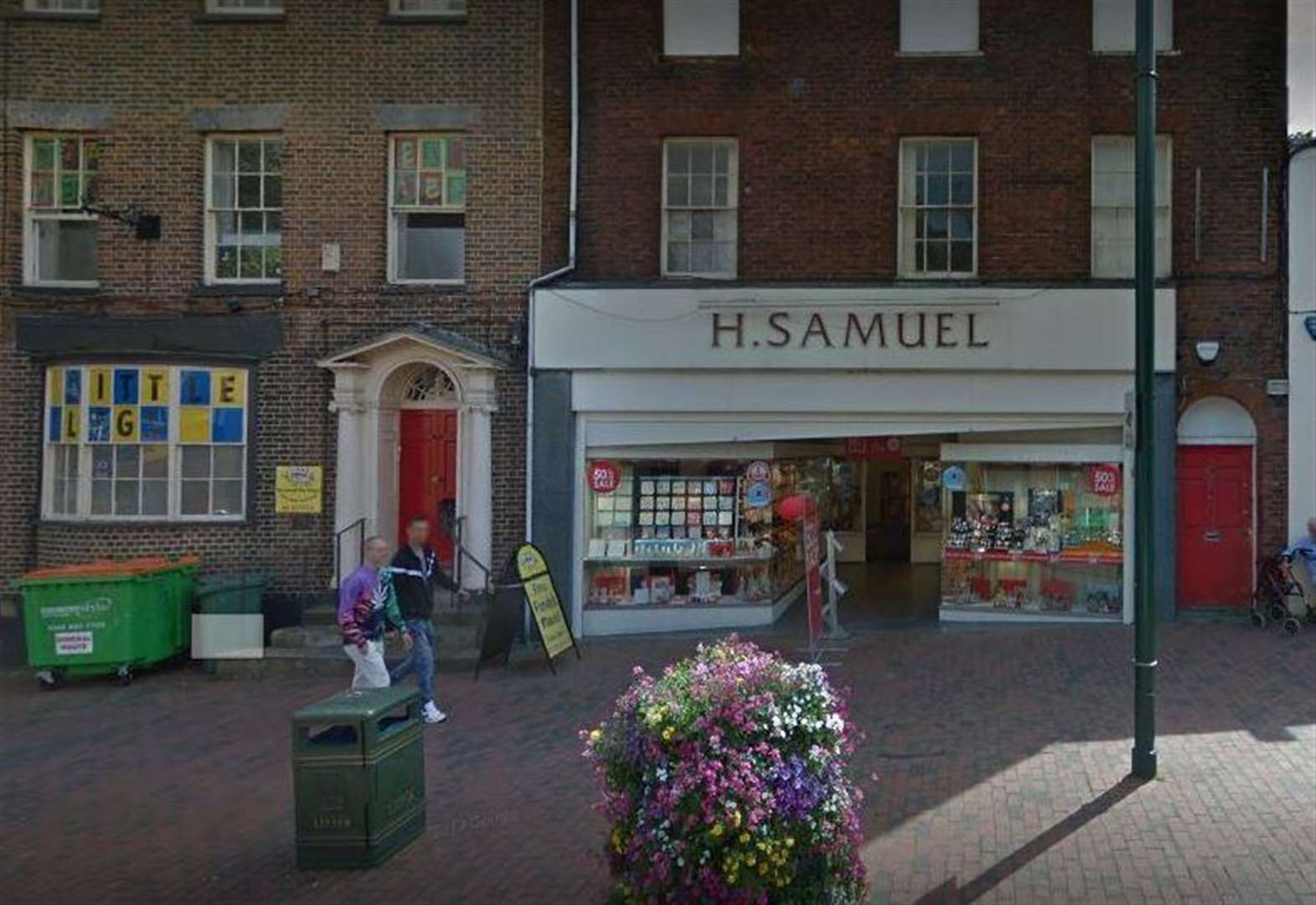 High Street store quits town
