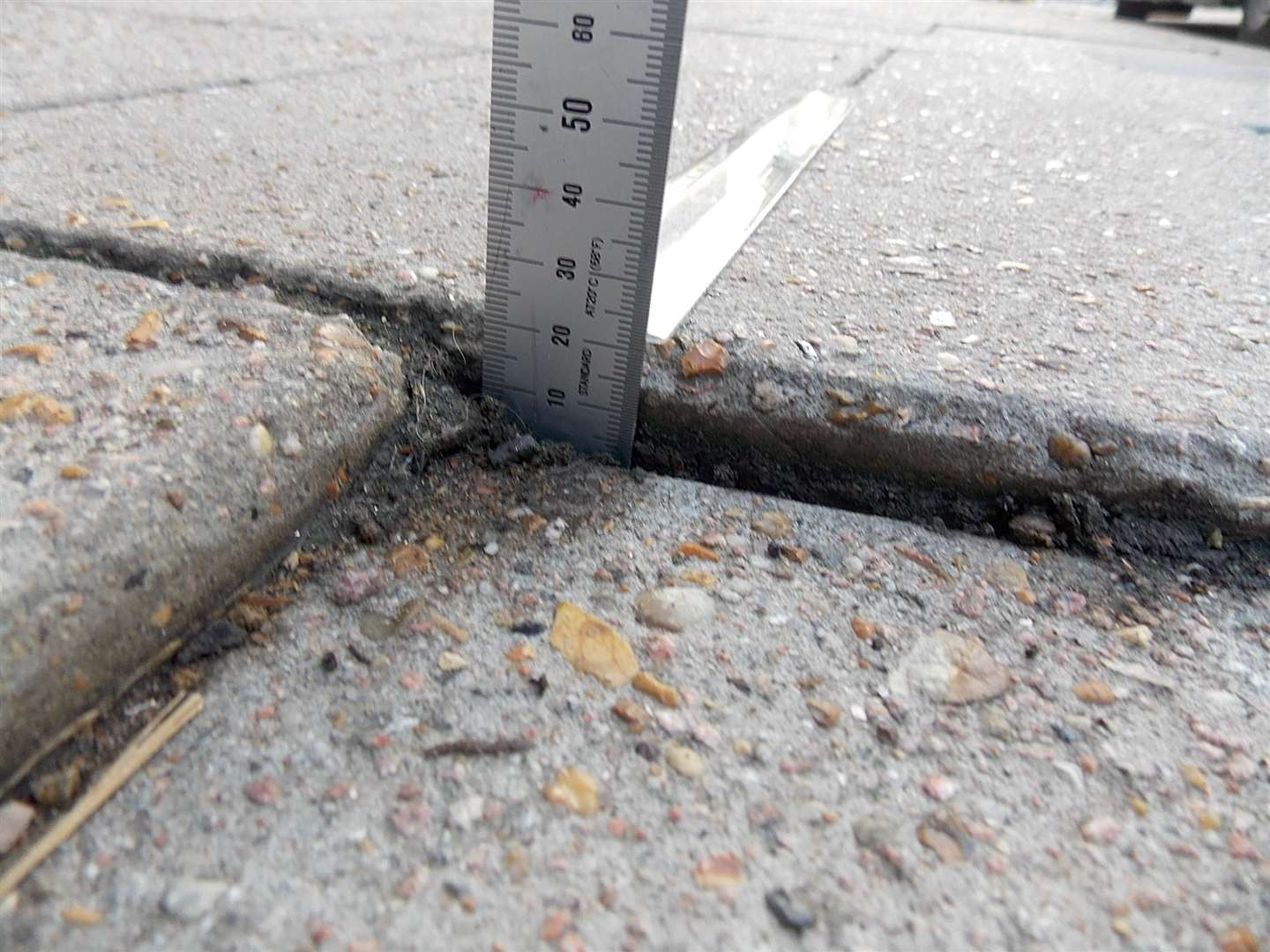 The gap in the paving stone was measured at 22mm (6999041)