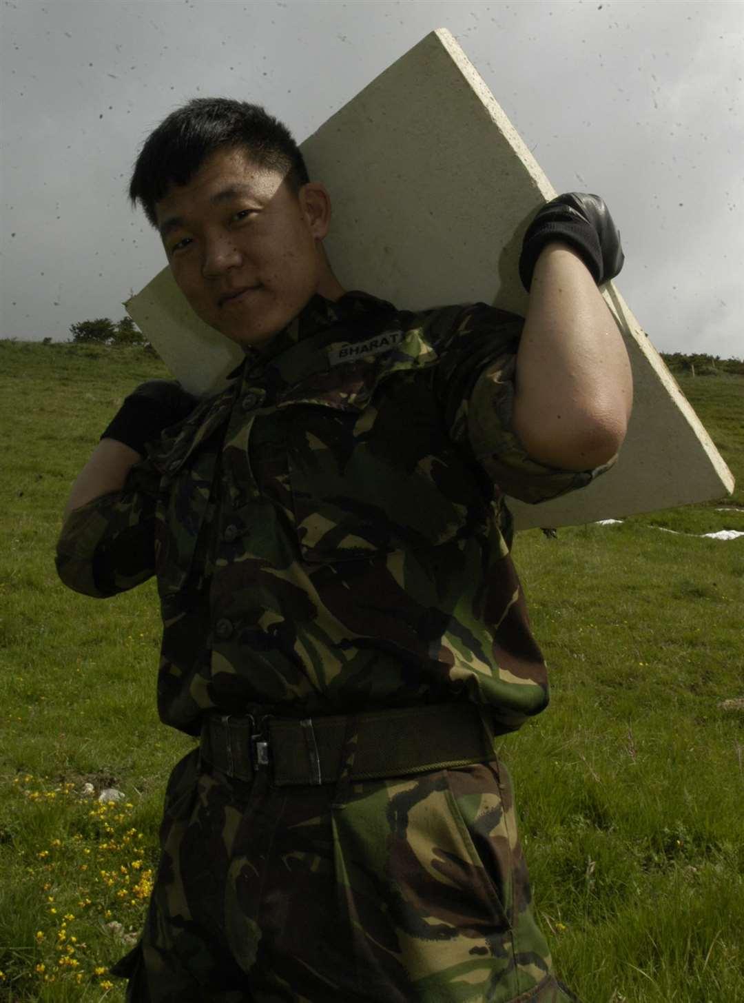 Nagen Rai está a punto de colocar una de las losas de yeso en la colina en junio de 2003