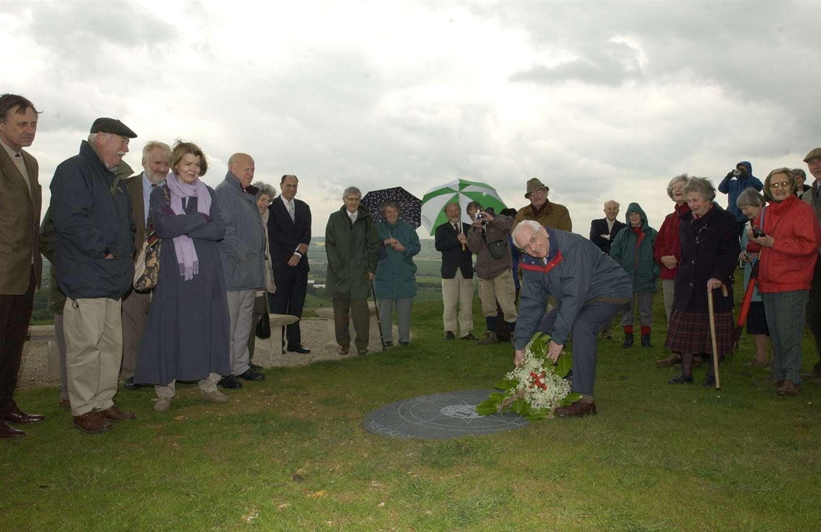 Dos placas conmemorativas y la rosa de los vientos, que es una pieza pesada de pizarra de Cumberland, fueron descubiertas en la parte superior de la Corona Wye en mayo de 2003. Imagen: Dave Downey
