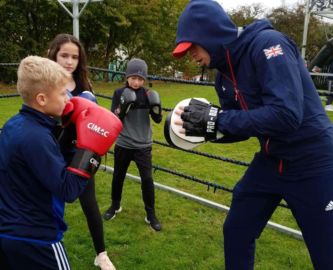 Boxing champ Karol Itauma spars with youngsters in Luton (5715611)