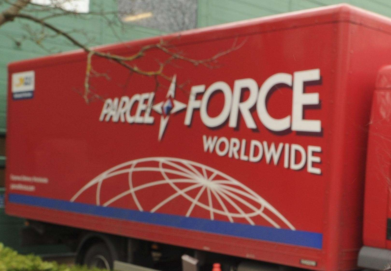 Parcelforce камион пред склада на компанията в Chieftan Close, Gillingham