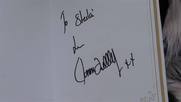 Ronnie signed a Christmas card for Shelia (6117463)