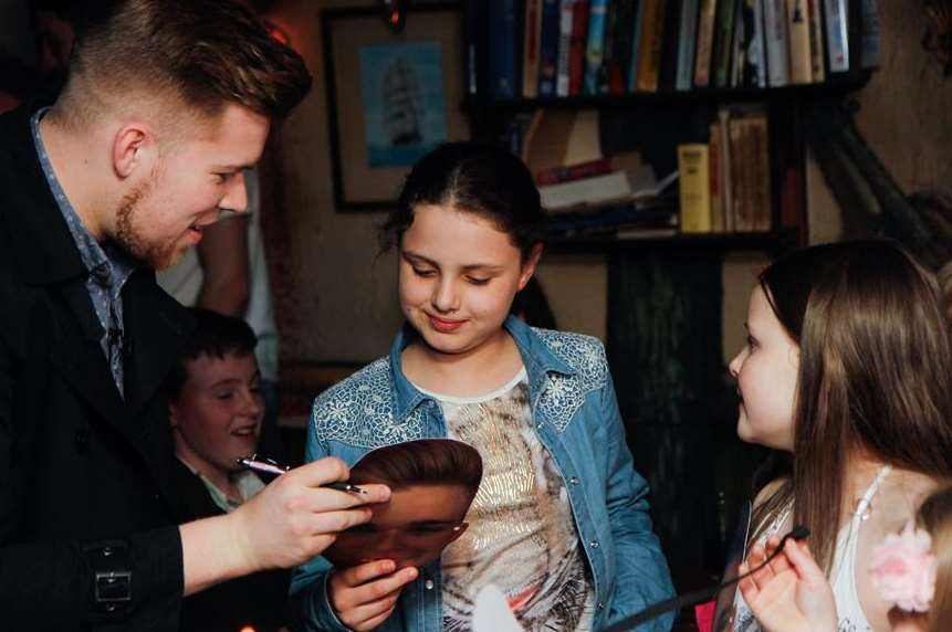 Jamie gives autographs to young fans