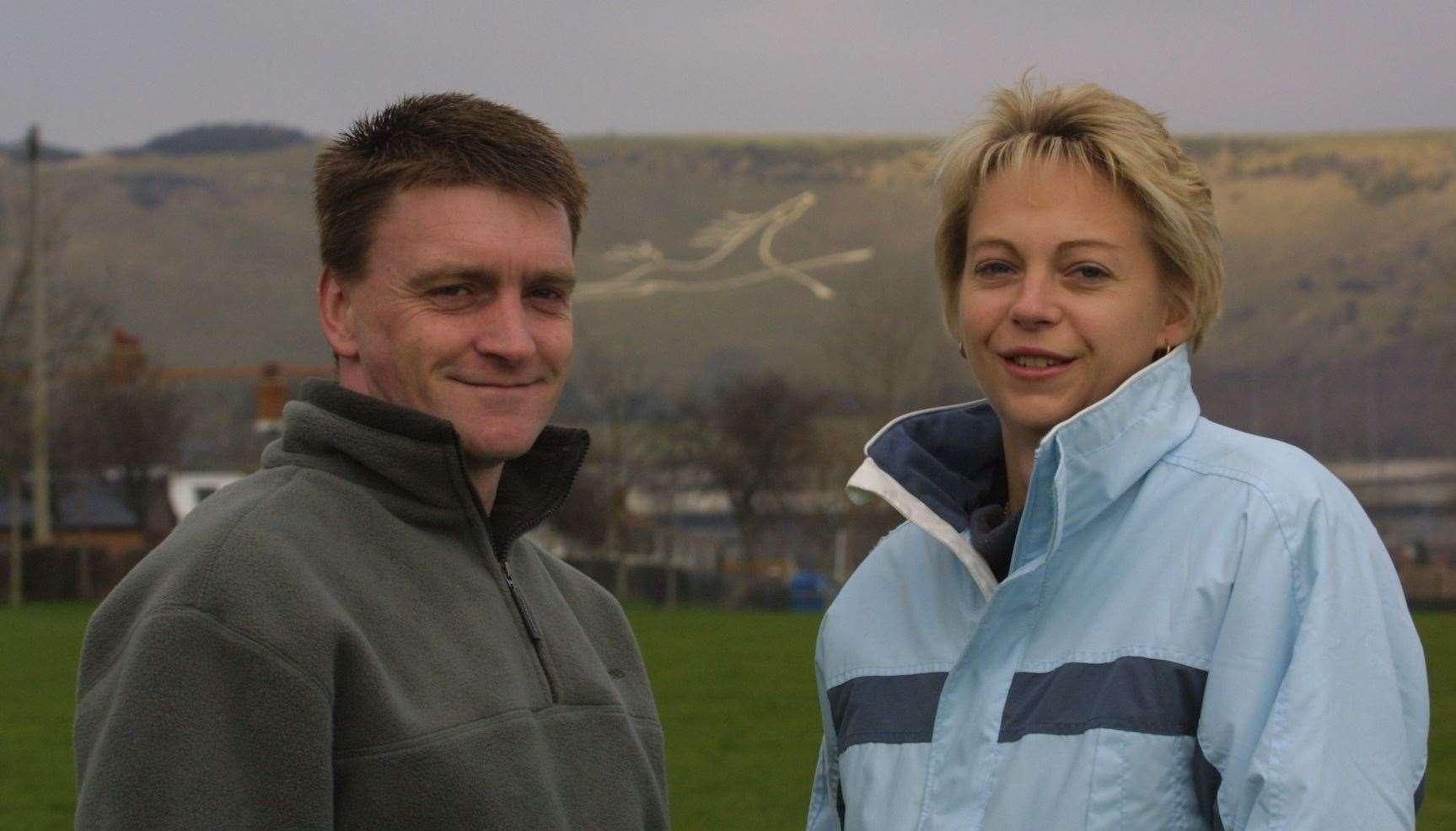 Patrick Clarke le pidió a su novia Alison Kirby que se casara con él en grandes letras blancas que creó en 2003. Foto: Barry Goodwin