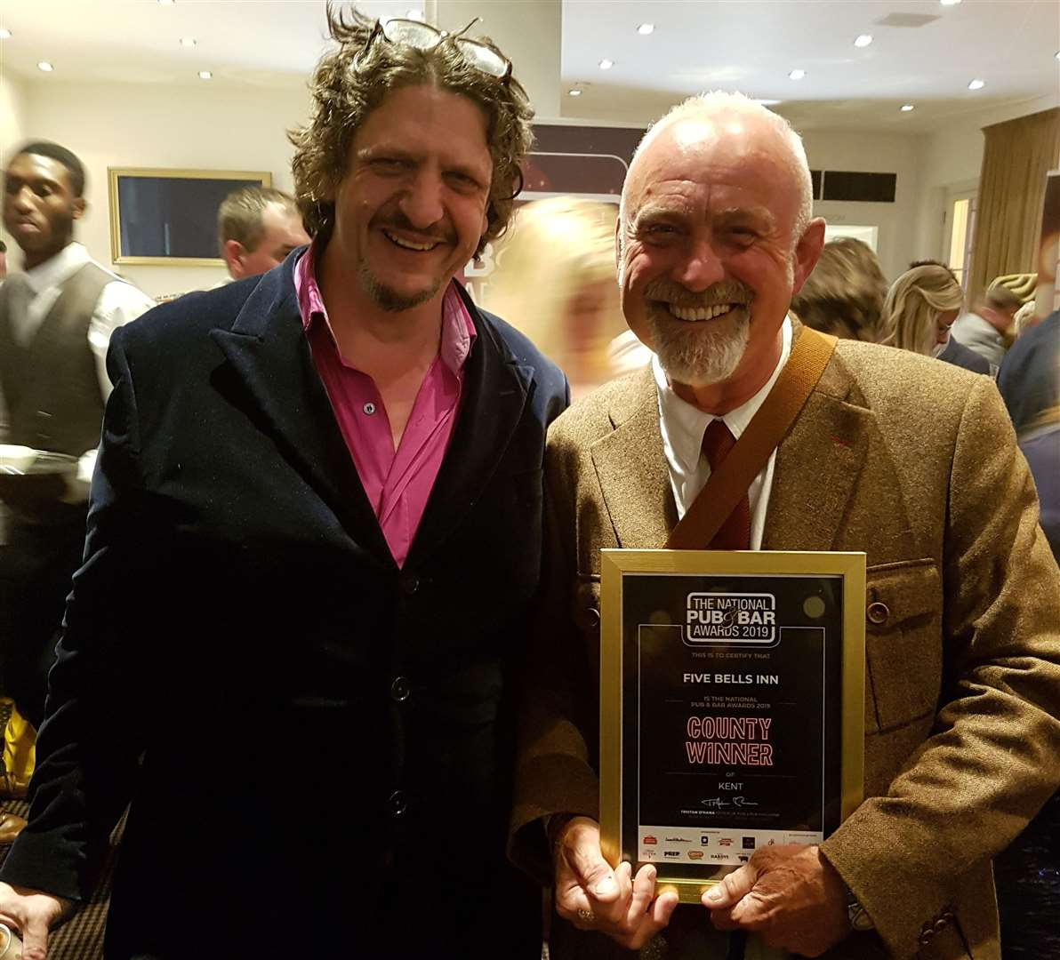 Famous critic Jay Rayner presents Ramblinns founder John Rogers with the Best Pub in Kent Award (11384930)