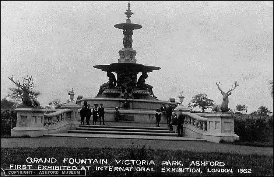 The Hubert Fountain - with adjoining statues - upon its installation in Victoria Park