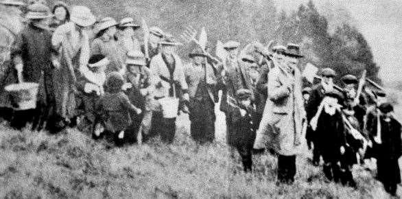 La gente de Shoreham se reúne para cortar el suelo para la cruz en la colina en 1920