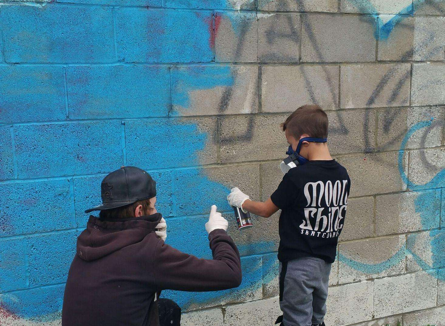 Youngsters helping with the mural (4767078)