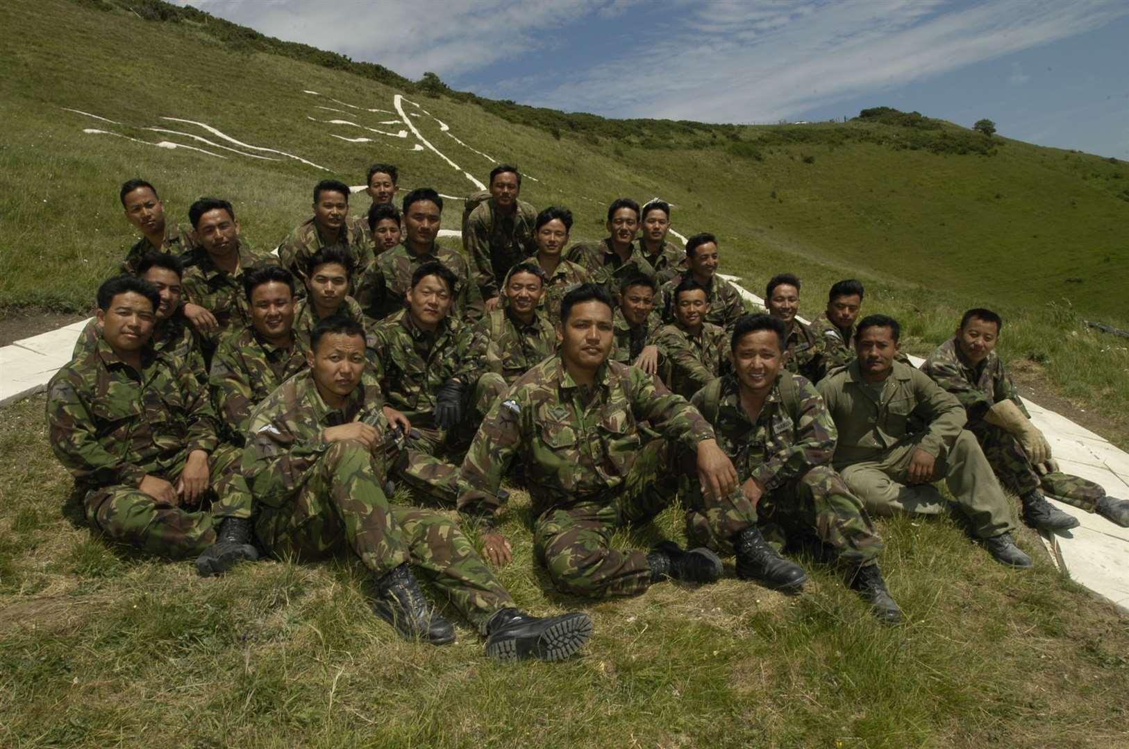 Los soldados Gurkha que ayudaron a construir el hito fotografiado en junio de 2003