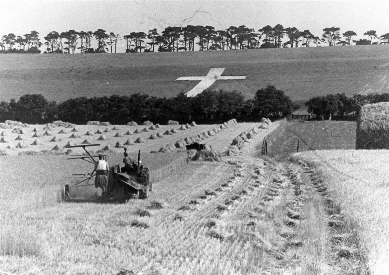 Una foto de archivo que mira a través de los campos hasta la Cruz Lenham