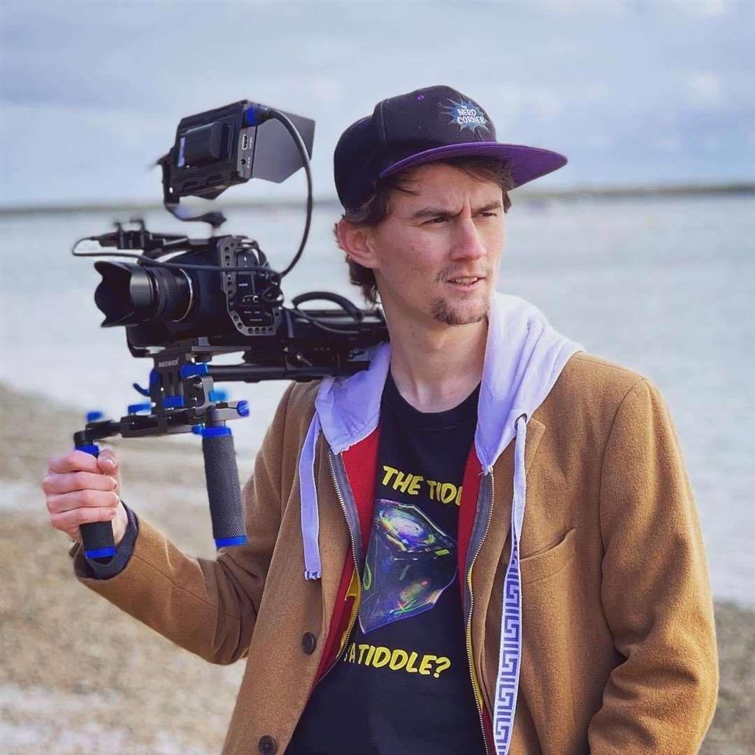 Ο σκηνοθέτης Patrick Murray, του Midway, συν-δημιούργησε τον Elzaz, μια νέα τηλεοπτική εκπομπή που προβάλλεται τώρα στο Amazon Prime