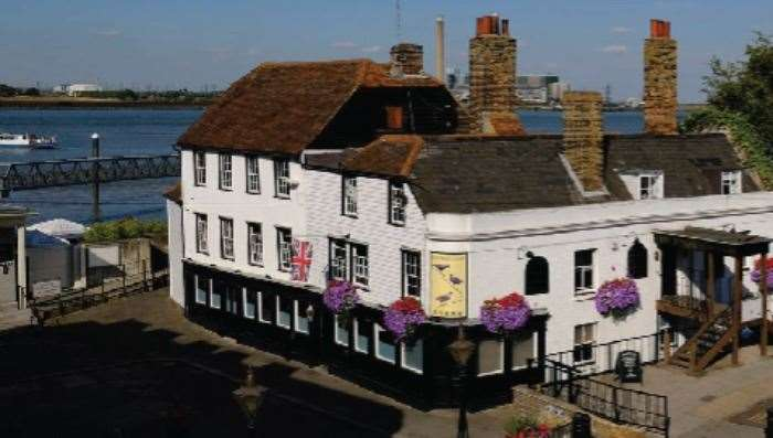 The Three Daws Riverside Inn