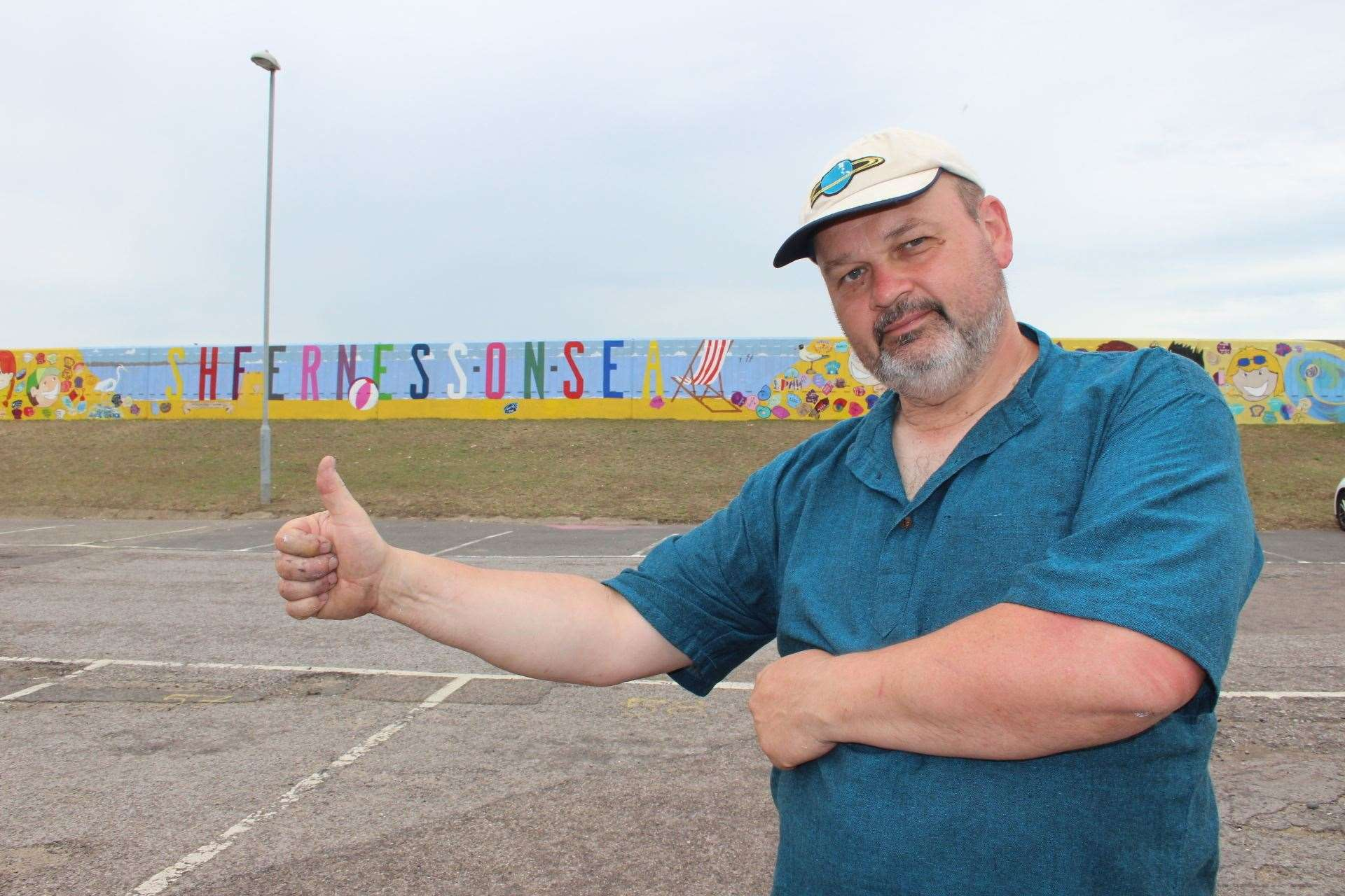 Richard Jeferies and his seawall mural at Sheerness. Picture: John Nurden (12917077)