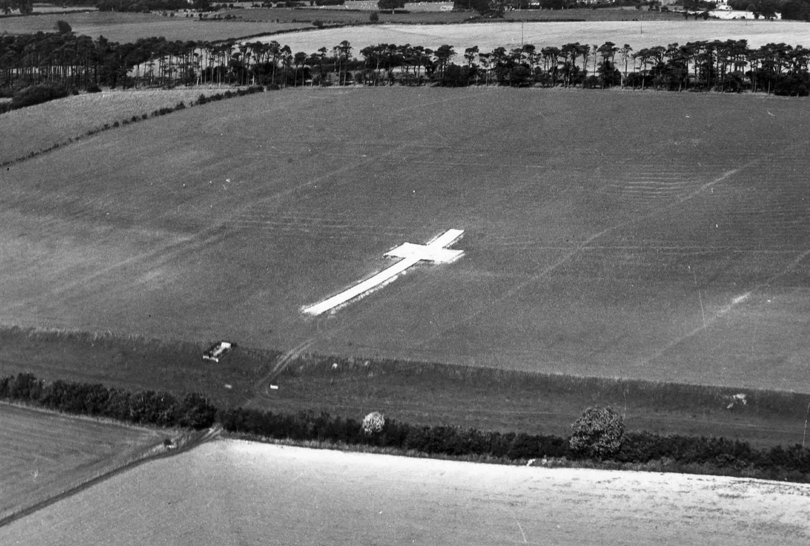 La cruz blanca se destaca al costado de la colina de Lenham