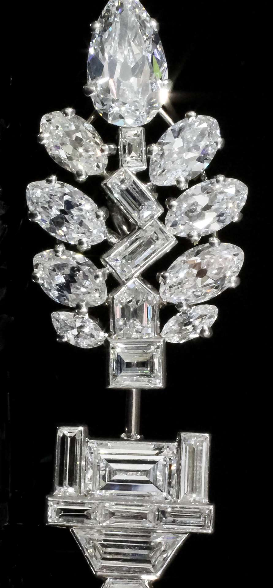 This 1920s platinum and diamond set, attributed to Cartier, fetched £26,000