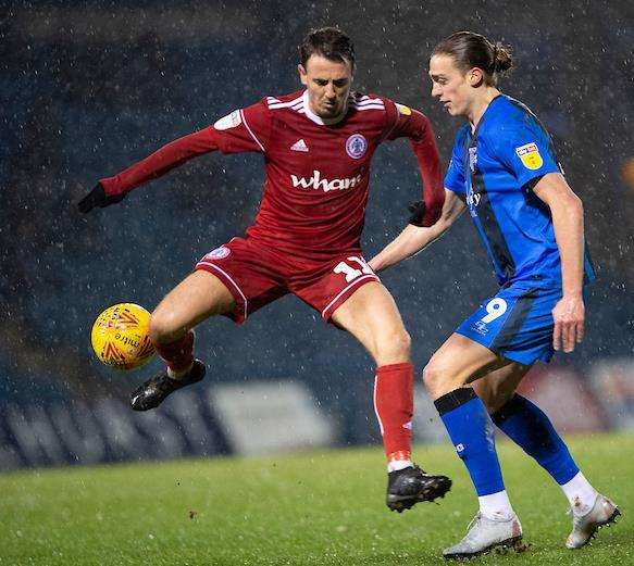Tom Eaves looks to win the ball for the Gills Picture: Ady Kerry (6857155)