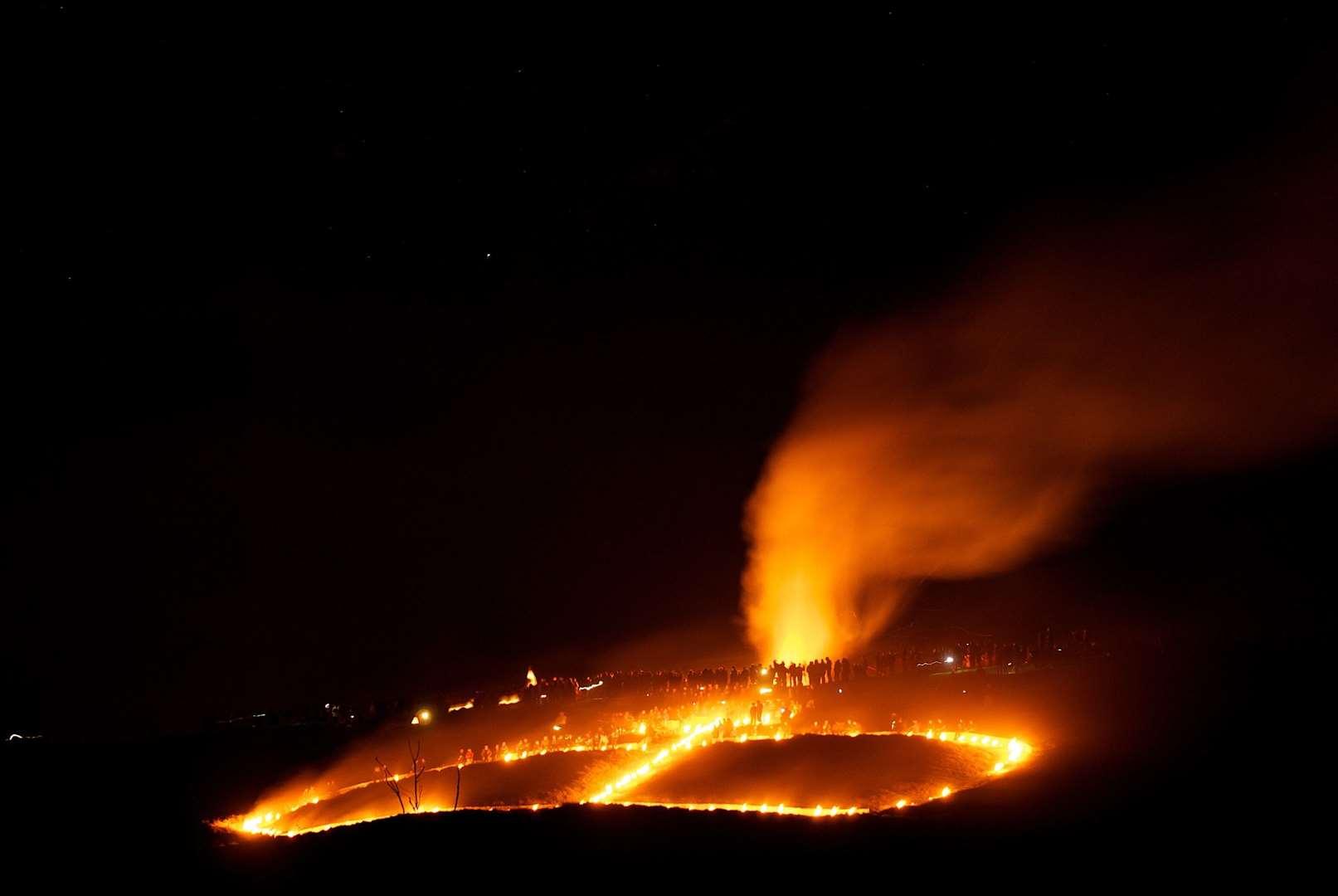 Fuegos artificiales sobre la corona de Wye iluminada en Wye Downs en noviembre de 2010. Imagen: Richard Earland