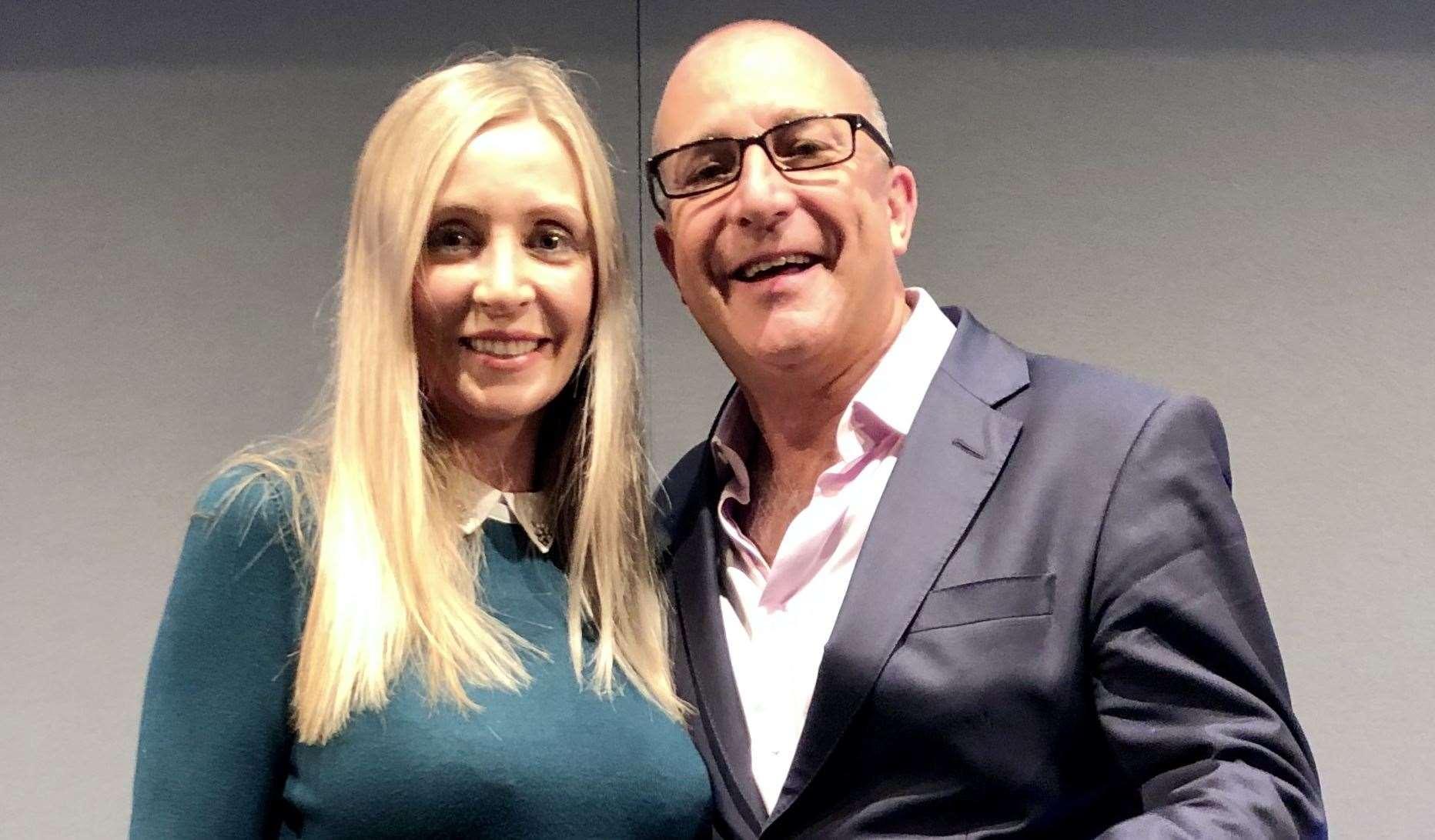 Rebecca Kemp avec l'hypnothérapeute Paul McKenna