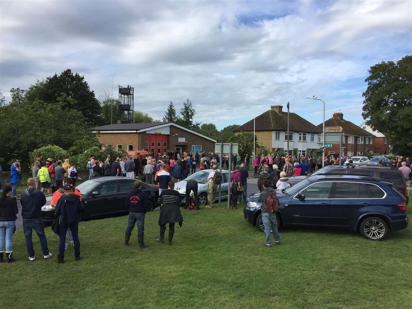 Crowds gather on Sunday morning before the search for Lucas Dobson resumes (15385297)