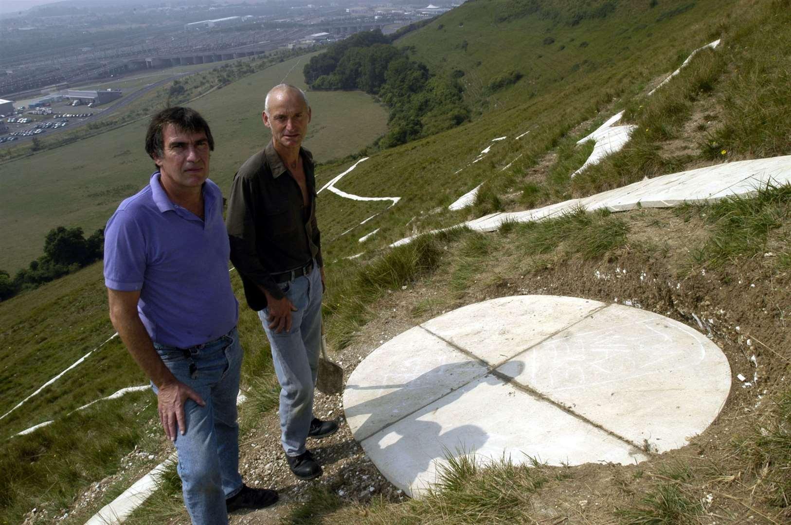 El artista Charles Newington y el escultor Brian Hall fueron fotografiados en agosto de 2003, inmediatamente después de instalar el ojo, que fue la última parte en implementarse