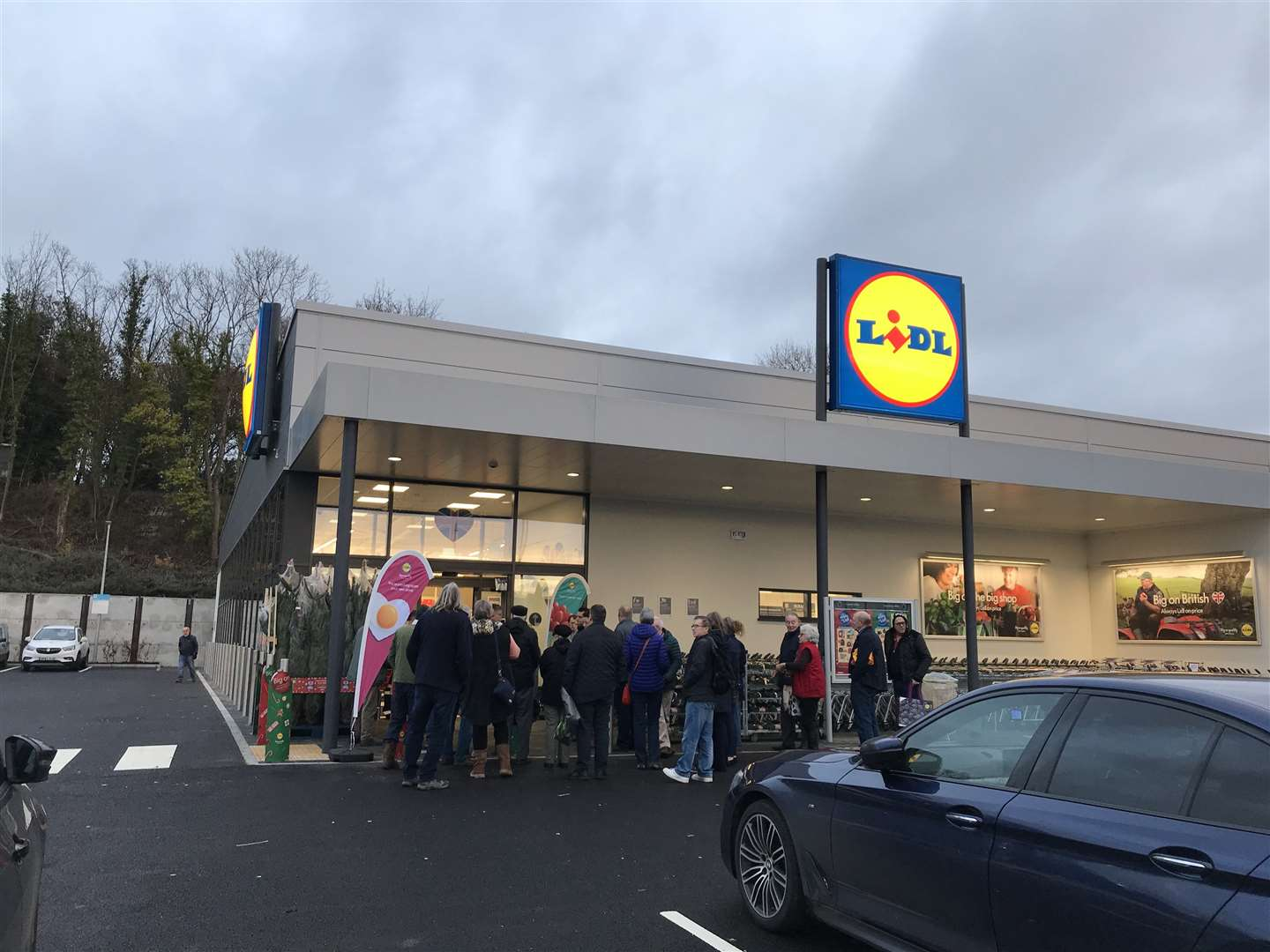 Customers queue outside the new Lidl (22755131)
