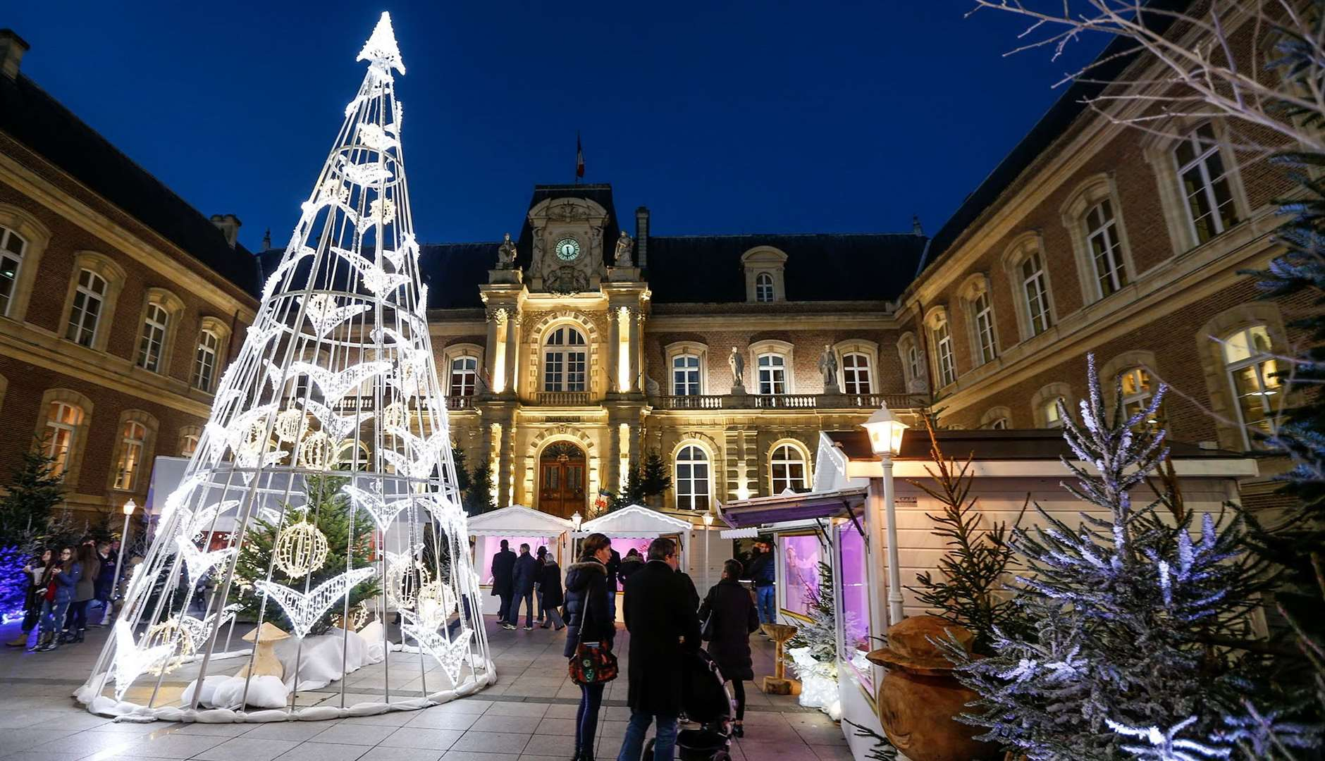 The French Christmas Market in Amiens covers a full two kilometres of the largely pedestrianised centre. Photography: L.Rousselin & S.Coquille.