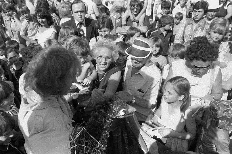 Rod Hull and Emu meet fans at the height of their fame