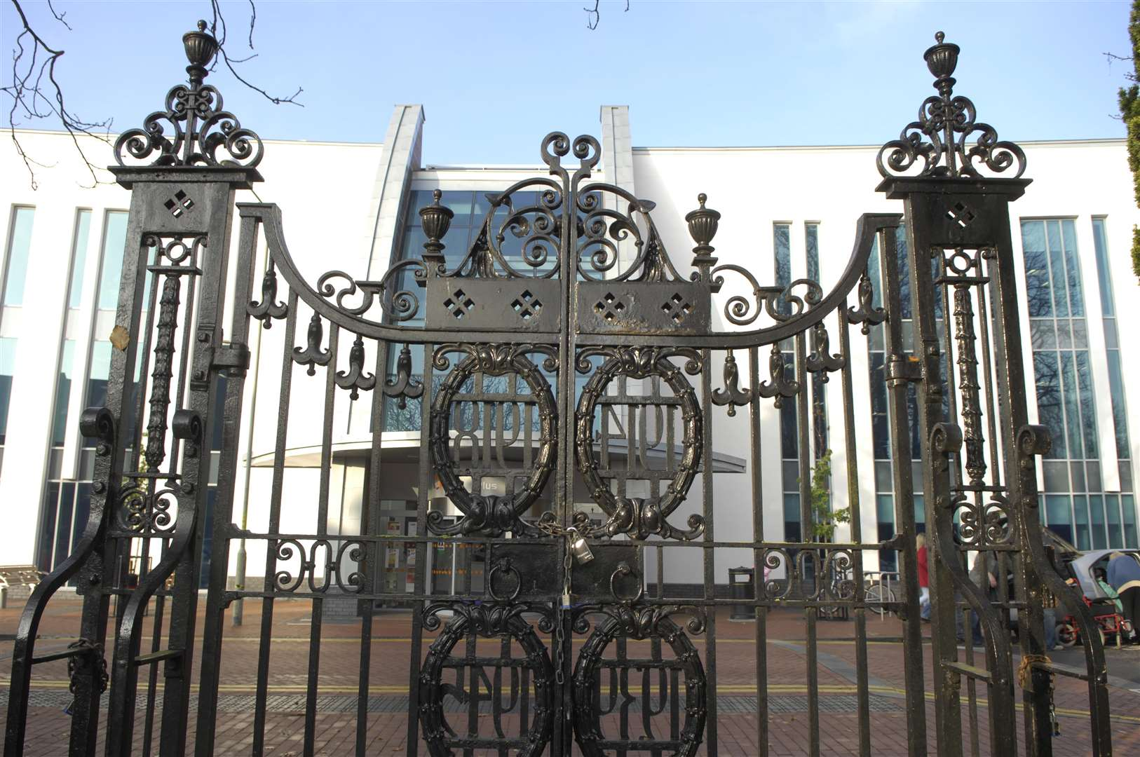 Entrance gates to the Memorial Gardens Picture : Gary Browne (5219128)