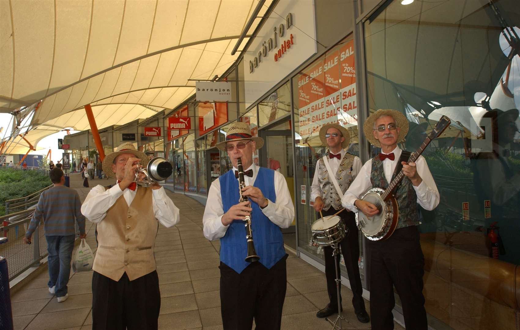The Ian Shawcross Band entertaining shoppers in 2006