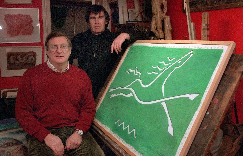 El terrateniente Richard Beaugie y el artista Charles Newington con el diseño del caballo en diciembre de 2001